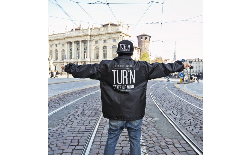 Lo snapback celebrativo in omaggio con la coach jacket TUR'N STATE OF MIND